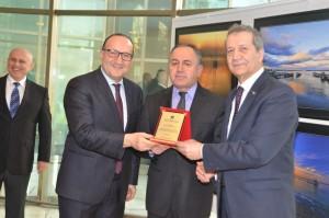 KSO Başkanı Zeytinoğlu,KSO Meclis Başkanı Tuğrul Serginin düzenleyicisi KASFOT Başkanı Güngör'e plakat sundular