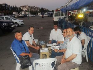Yemek dağıtımını yakından takip eden Lastik-İş Sendikası Genel Başkanı Karacan,organizasyonu takip eden basın mensupları ile görülüyor.