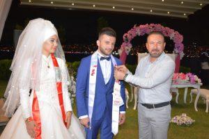 İzmit belediye başkanı Nevzat Doğan damat Tunahan'a hediyesi taktı.