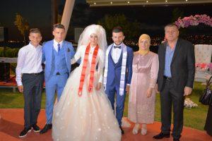 AY AİLESİ-Lastik-İş Sendikası Şube başkanı Tezcay Ay eşi Ayşe hanım diğer oğulları Tugay ve Soner ile birlikte Tunahan ve gelinleri Ayşenur görülüyor.