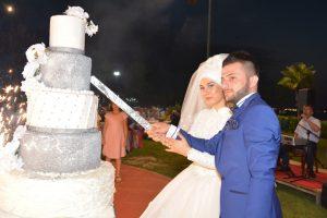 Ayşenur ve Tunahan düğün Pastalarını birlikte kestiler.