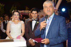 Disk Başkanı Kani Beko Evlilik Cüzdanını Esra ya verdi.