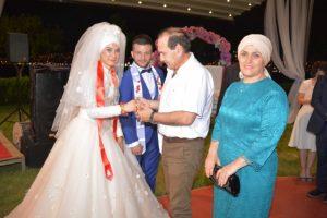 Lastik-İş sendikası Genel Başkanı Abdullah karacan ve Eşi Tülay hanım gelin Ayşenur'a bilezik taktılar.