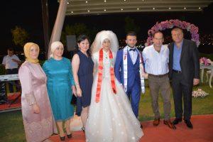 Lastik-İş sendikası Genel başkanı Abdullah Karacan,eşi Tülay hanım,Şubae Başkanı Tezcan Ay ve eşi Ayşe hanım Tunahan ve Ayşenurla görülüyor.