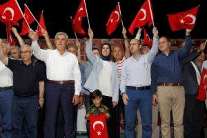 Protokol üyeleri, hemen her gece alana gelerek vatandaşları Türk bayrakl...