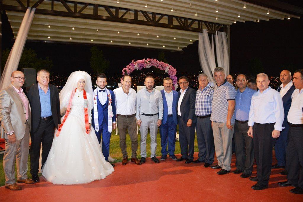 SENDİKACILAR-Ayşenur ve Tunahan'ın düğün törenlerine katılan Lastik-İş sendikası Genel Merkez yöneticileri görülüyor.
