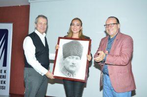 kso-baskani-zeytinoglu-ve-meclis-baskani-tugrul-ataturkun-modern-turkiyesi-konulu-sunu-mu-yapan-arastirmaci-yazar-dr-cigdem-ore-ataturk-tablosu-hediye-ettiler